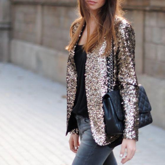 jaqueta de paetê dourada como usar