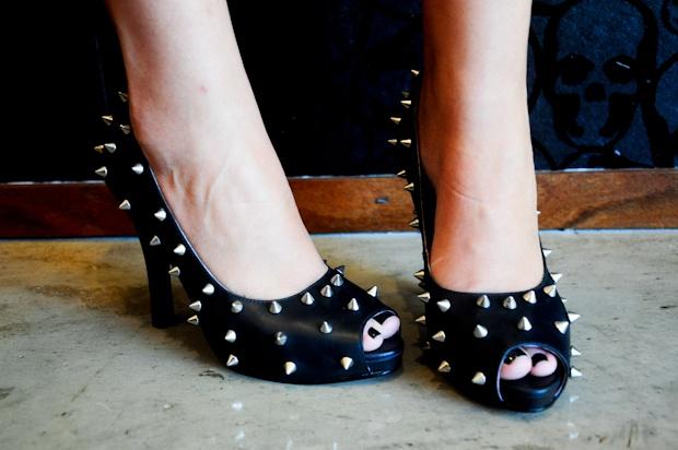 tachas nos sapatos de salto alto