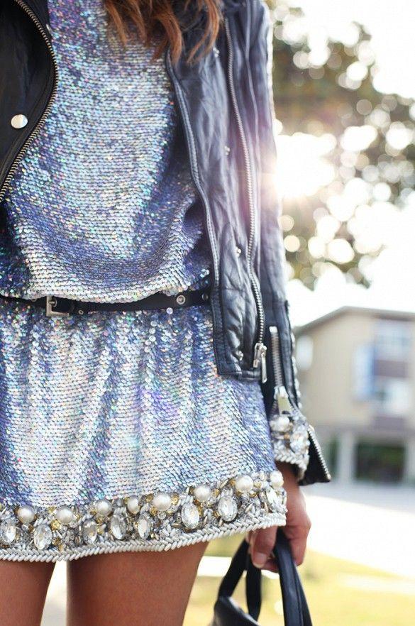 vestido de paetês com jaqueta de couro