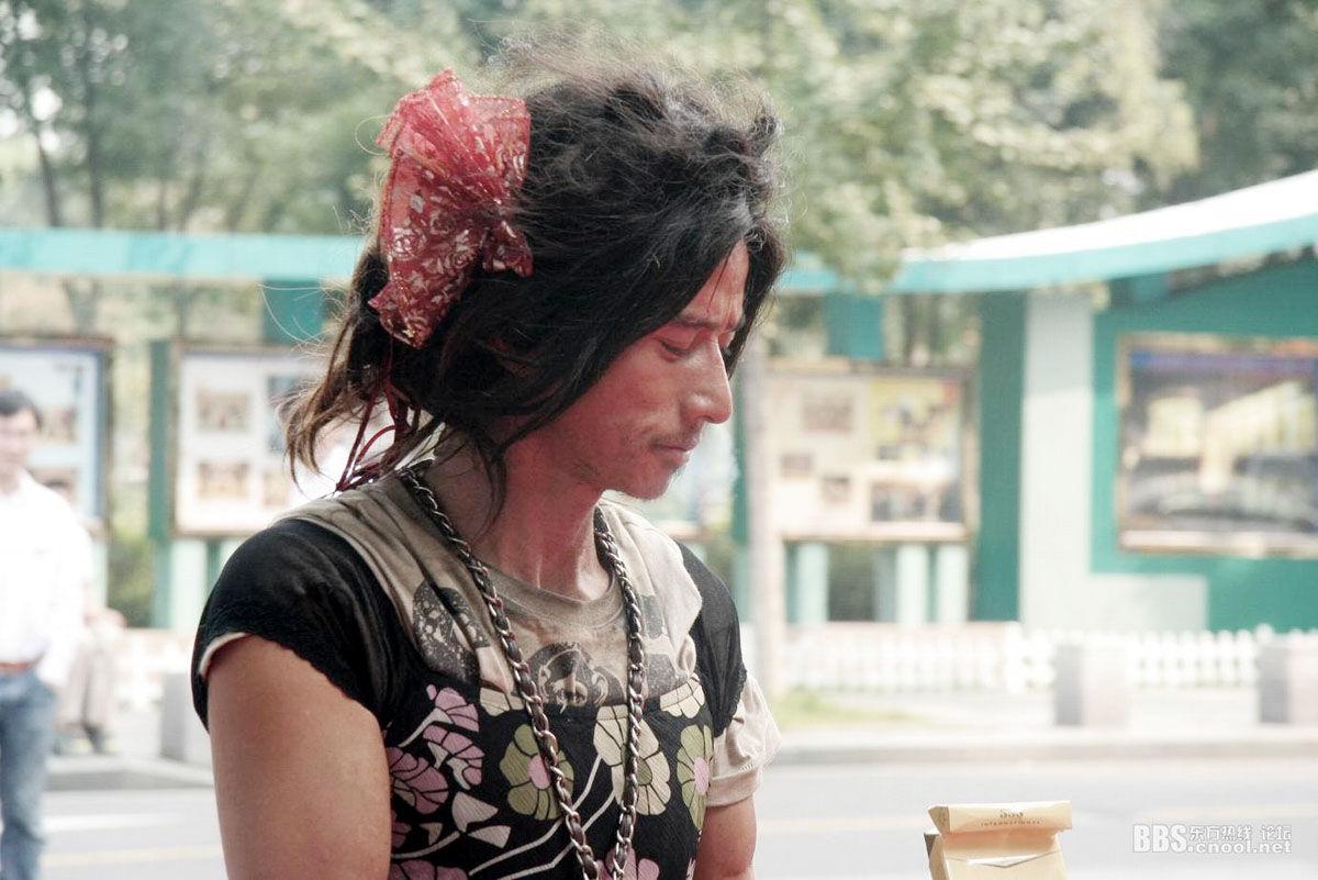 Brother Sharp mendigo chinês que circula pelas ruas de Ningbo com looks super fashion!