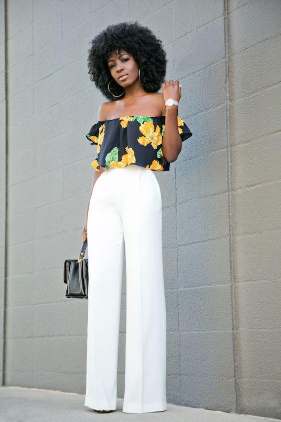 Calças Wide Legs branca e blusa estampada preto e amarelo