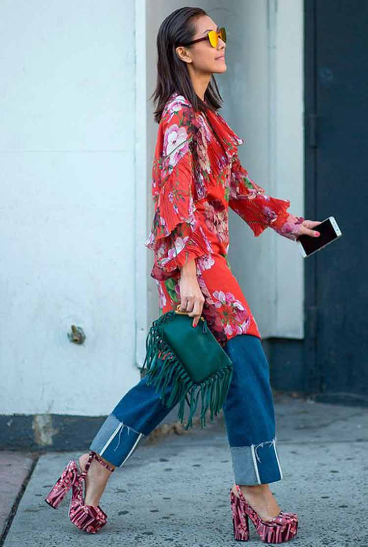 blusa-estampada-vermelha-calça-jeans-e-bolsa-de-mão-verde