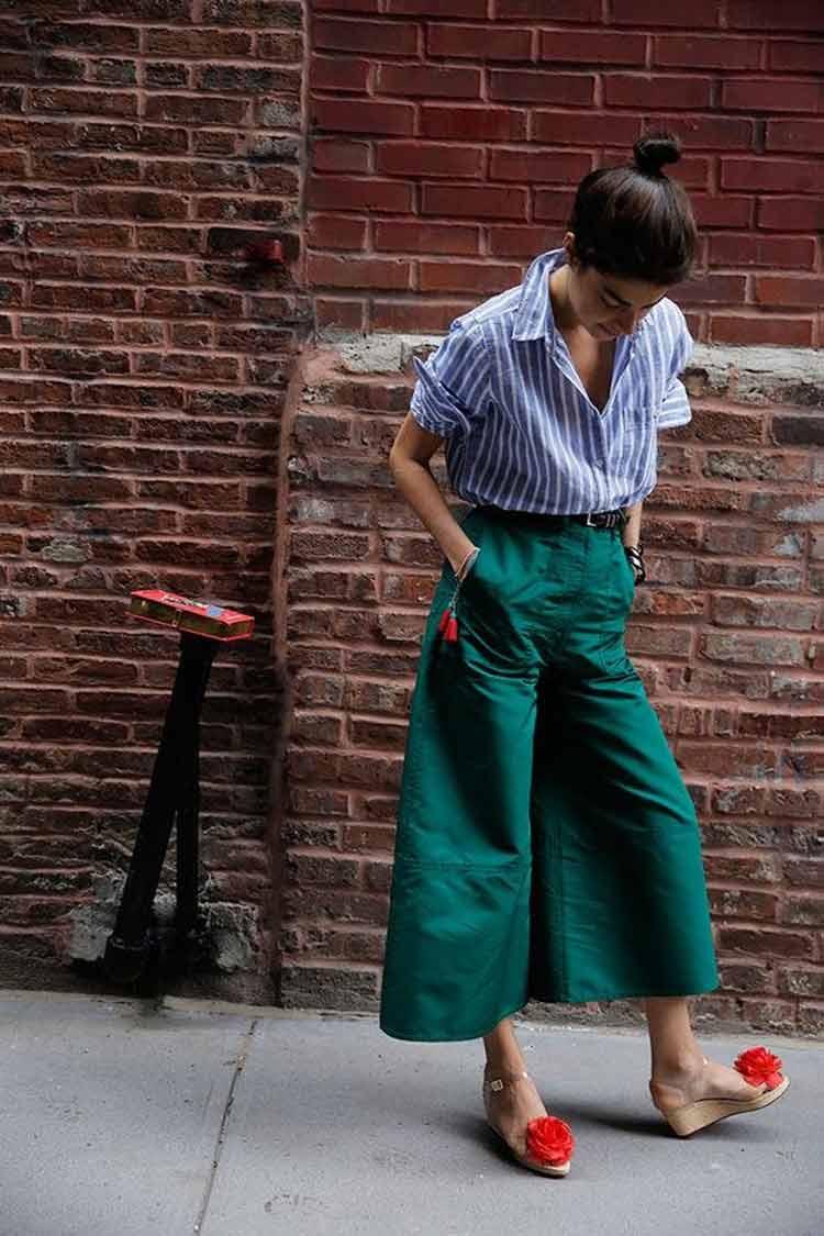blusa-listrada-calça-pantacourt-verde-e-sapato-com-detalhe-vermelho