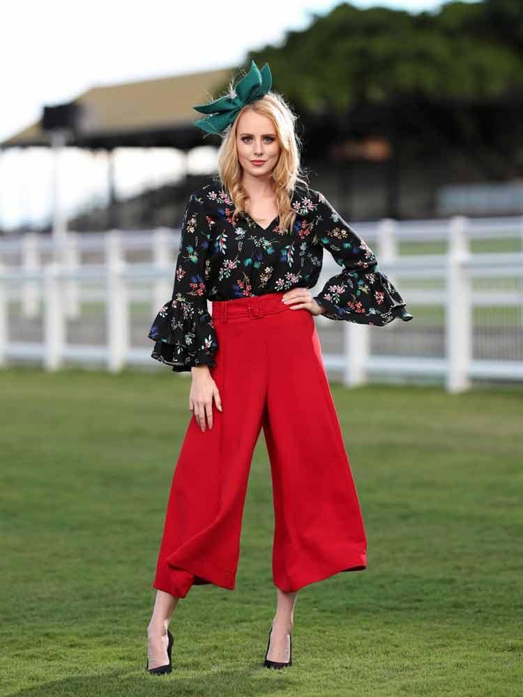 calça-pantacourt-vermelha-camisa-e-acessorio-verde-nos-cabelos