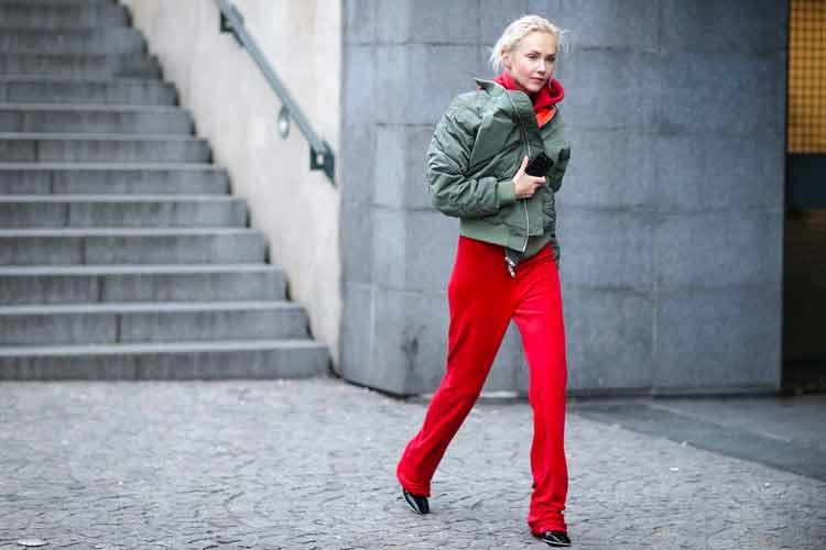 calça-vermelha-e-jaqueta-bomber-verde-militar