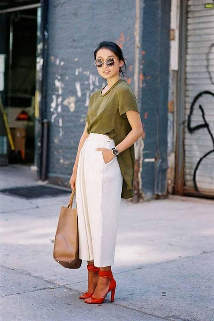 camiseta-verde-oliva,-calça-branca-e-sapato-vermelho
