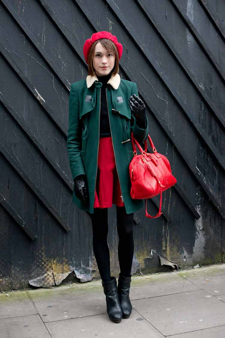casaco-verde-militar-e-saia-vermelha-bolsa-vermelha-boina-vermelha