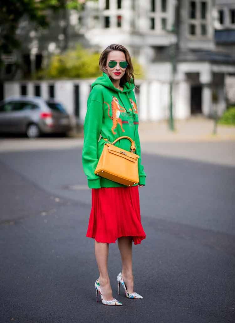 moletom-verde-saia-plissada-vermelha-e-scarpin