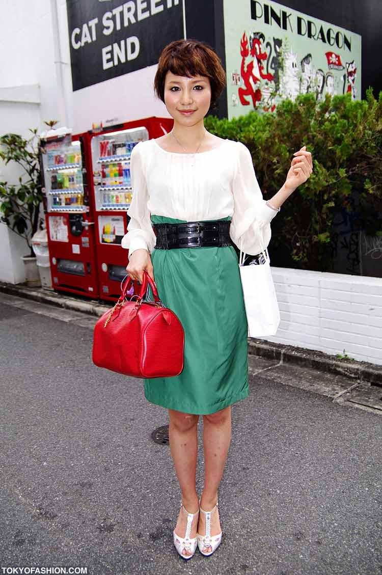 saia-de-cintura-alta-verde-clusa-branca-cinto-largo-preto-e-bolsa-vermelha
