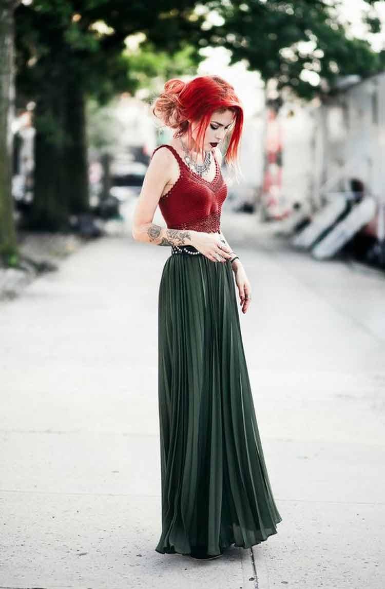 saia-longa-verde-militar-e-blusa-de-crochê-vermelha