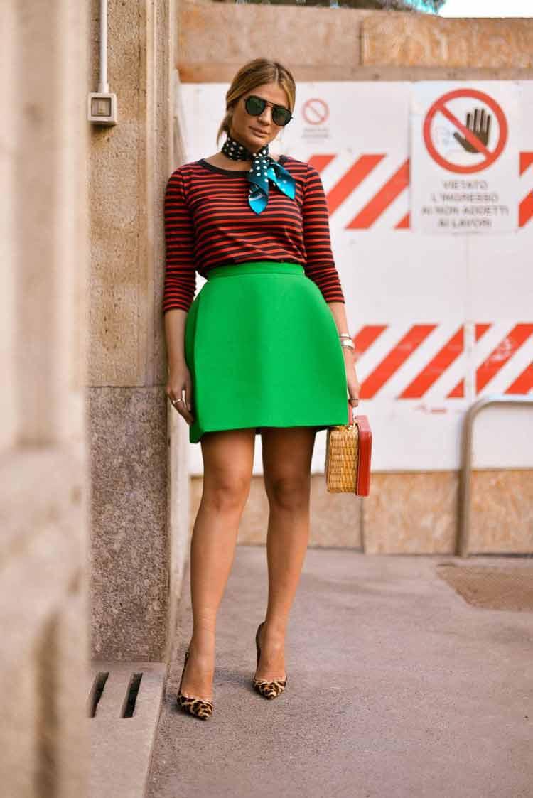 saia-verde-e-blusa-listrada-vermelha
