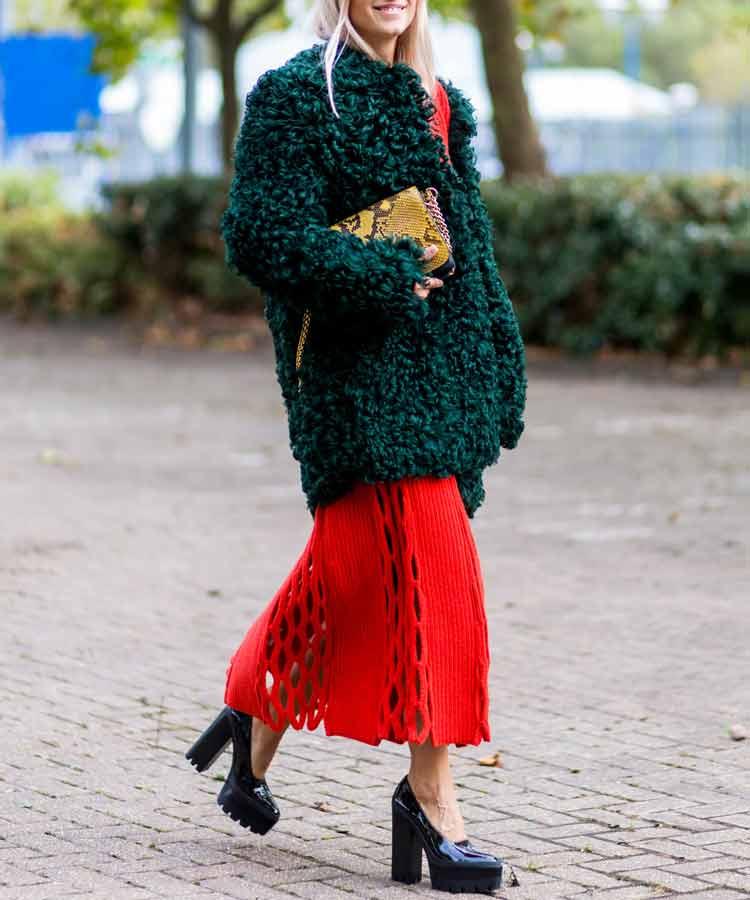 saia-vermelha-e-casaco-verde