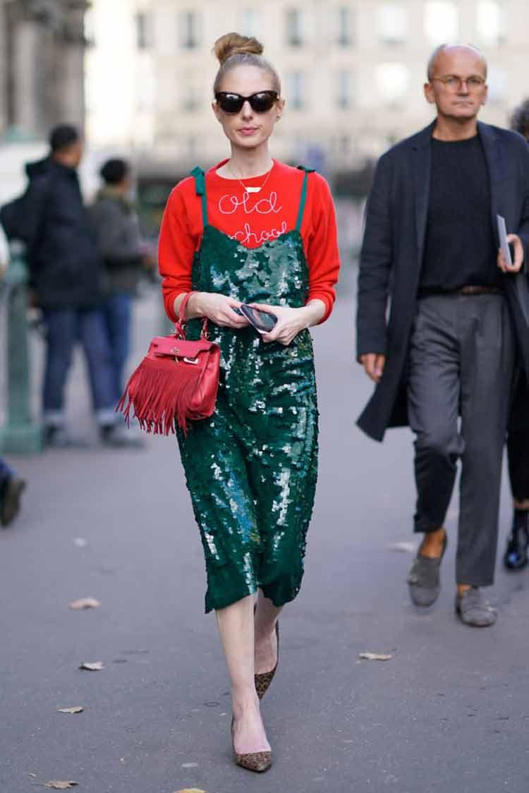 vestido-de-petes-verde-escuro-e-moletom-vermelho