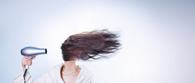 secar cabelo com secador