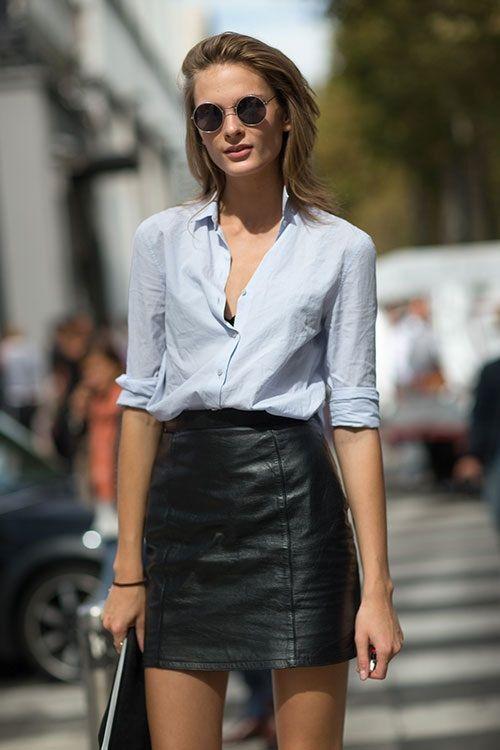 saia de couro preta e camisa jeans