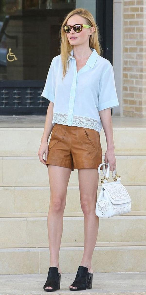 shorts de couro e camiseta branca looks verão