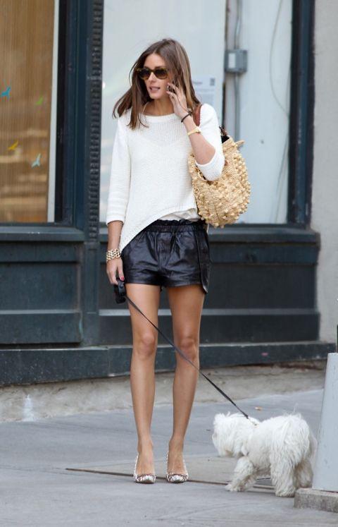 shorts de couro preto e blusa branca