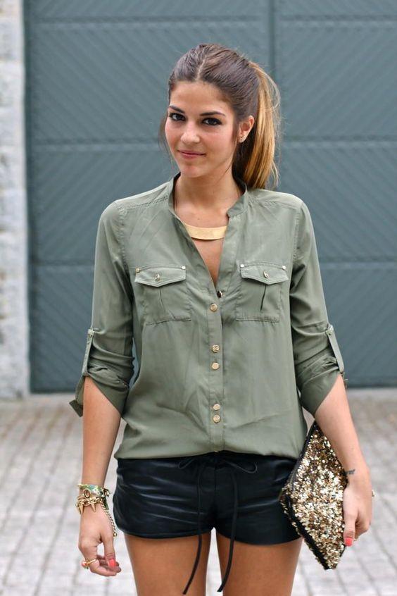 shorts de couro preto e camisa verde militar