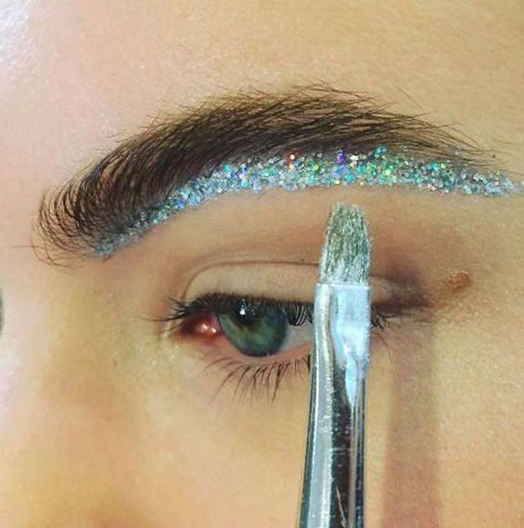 maquiagem-carnaval-simples-glitter-sobrancelha