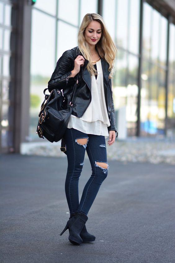 calça jeans, blusa branca e mochila