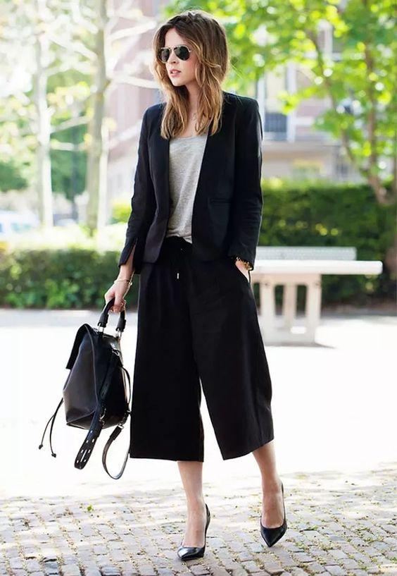 calça preta pantacourt, blazer e mochila de couro