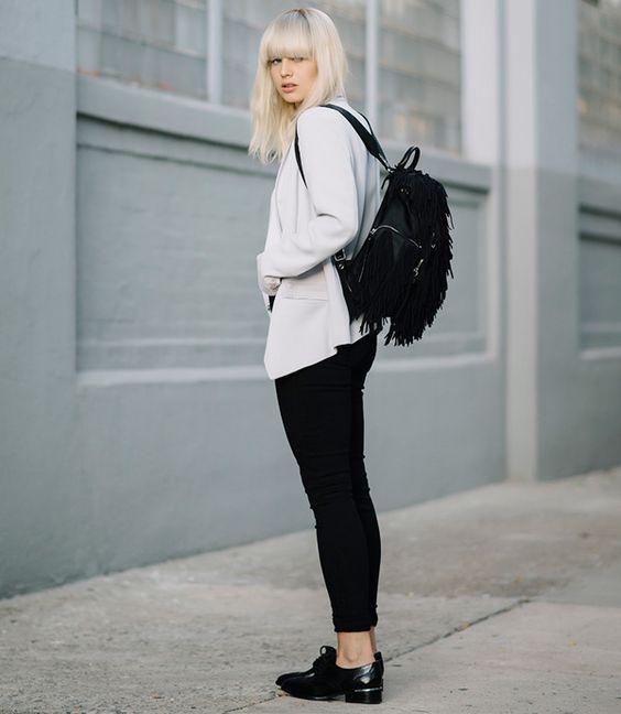 look feminino calça preta, sueter e mochila preta