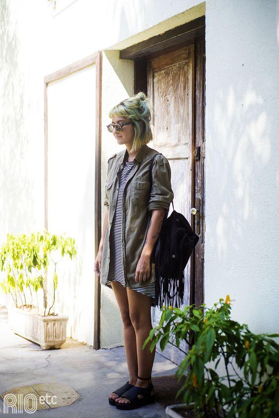 look feminino dia a dia vestido listrado e mochila de franjas