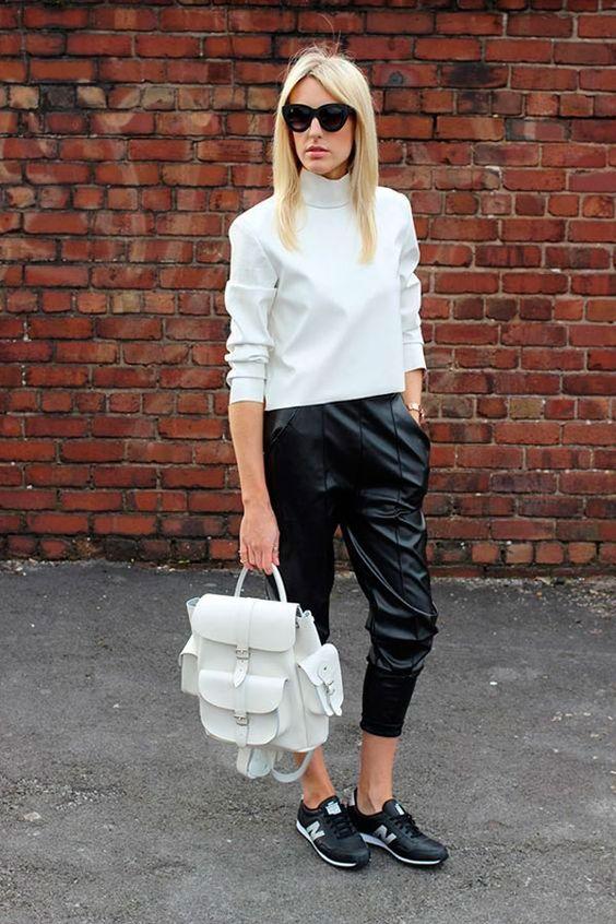 looks trabalho calça de couro preta, blusa branca e mochila branca