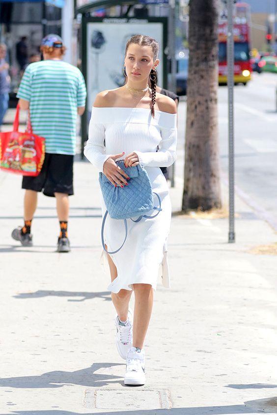 vestido branco de malha e mochila azul