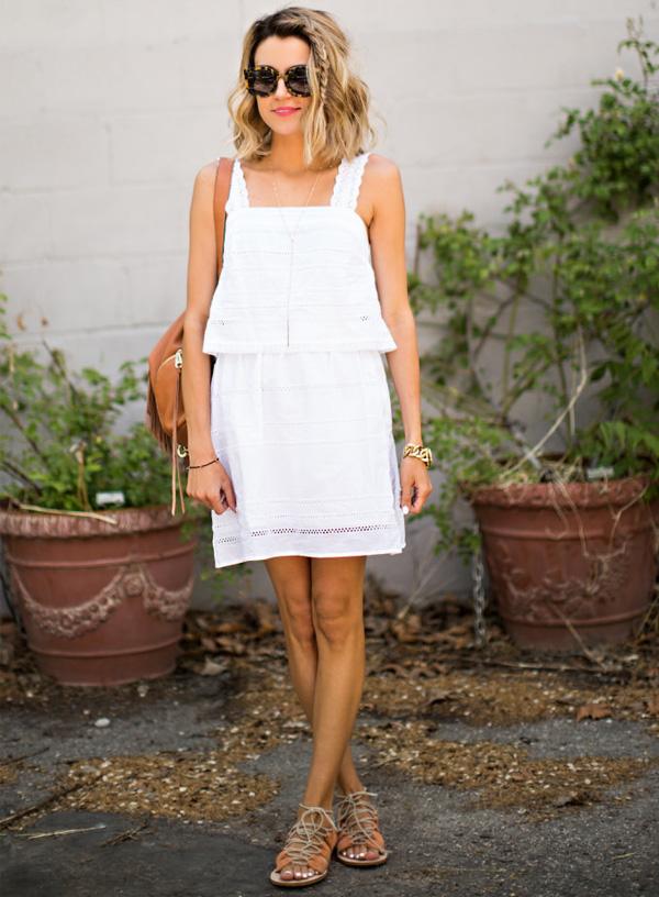 vestido branco e mochila marrom