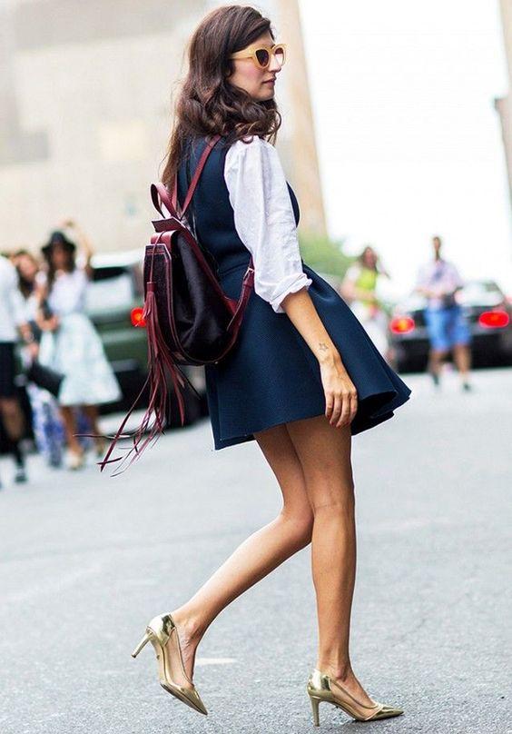 vestido social com camisa por baixo, salto alto e mochila