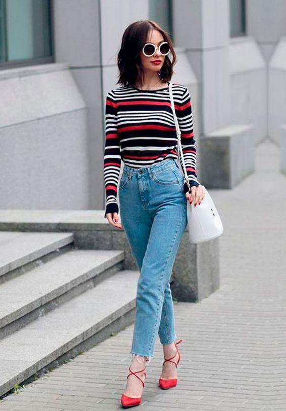 bucket bag branca, calça jeans e blusa listrada colorida