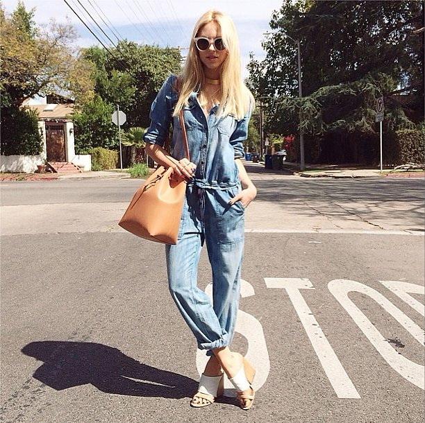 bucket bag caramelo e macacão jeans