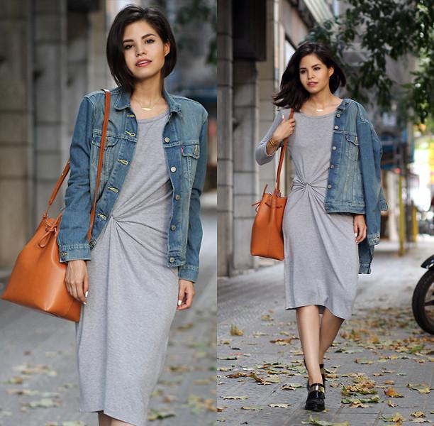 bucket bag caramelo vestido cinza e jaqueta jeans
