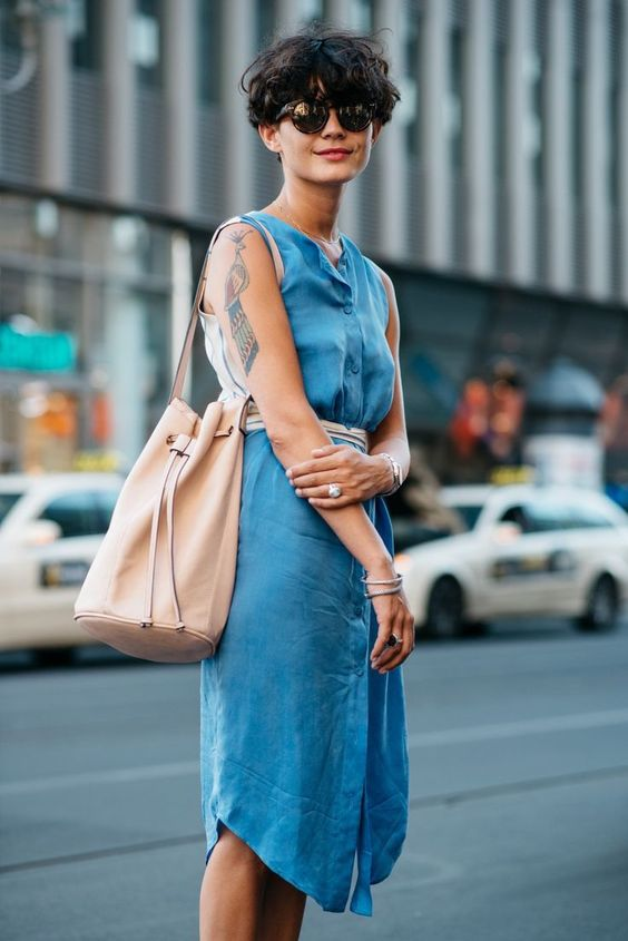 bucket bag e vestido azul denim