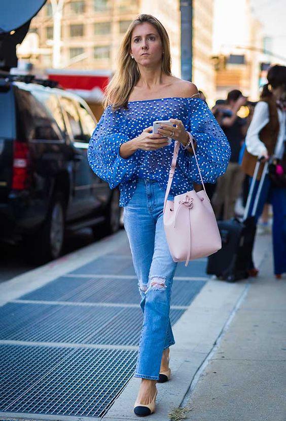 bucket bag rosa, calça jeans e blusa ombro a ombro