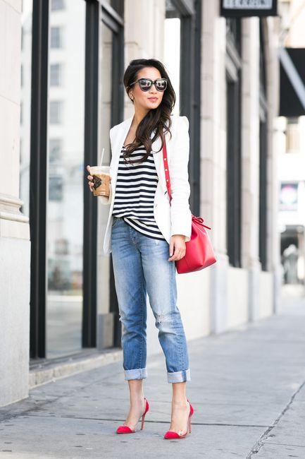 bucket bag vermelha, calça jeans, blusa listrada e blazer branco