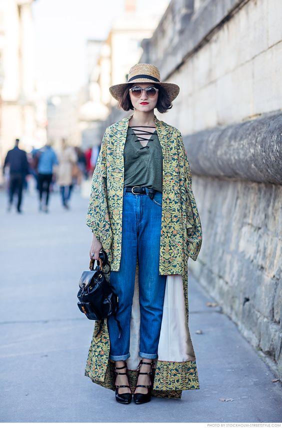 calça jeans, camiseta e kimono estampado verde