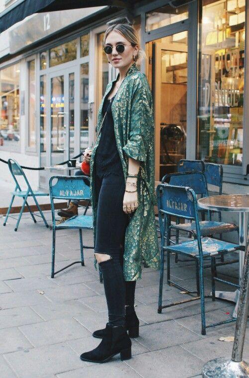 calça preta e blusa preta e kimono