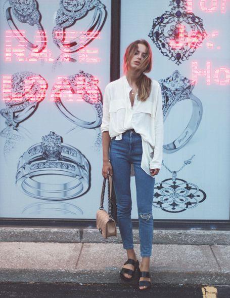 birkenstock, calça jeans e camisa branca