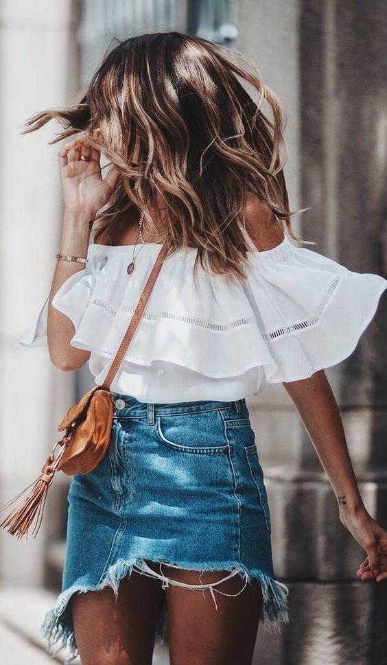 blusa ombro a ombro e saia jeans