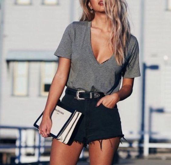 camiseta cinza e shorts preto