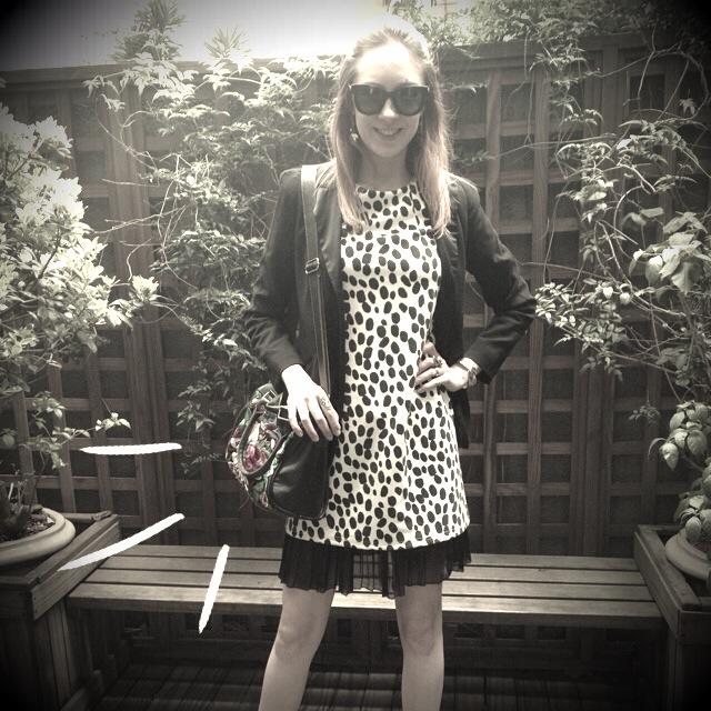 Look preto e branco com  sobreposição de saia e vestido