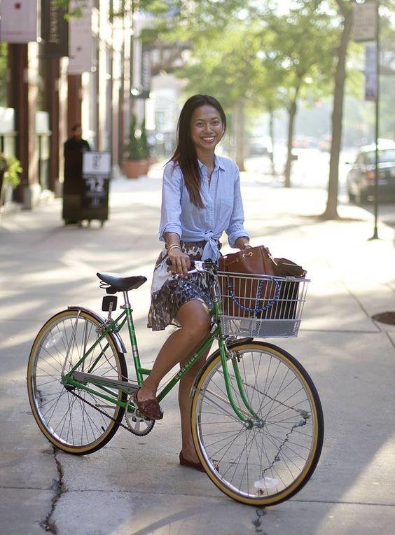 looks estiloso de saia para andar de bicicleta