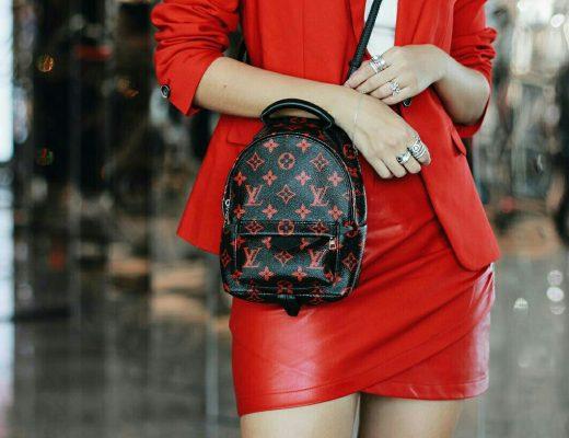 saia de couro vermelja, blazer vermelho e bolsa preta