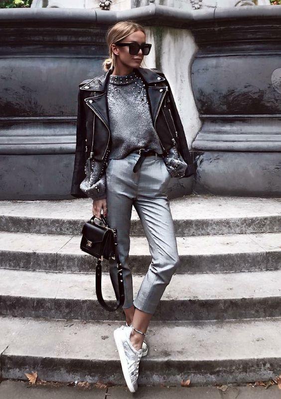 calça social prata, sueter prata e jaqueta de couro