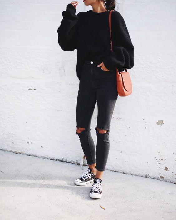 look all black com calça rasgada no joelho