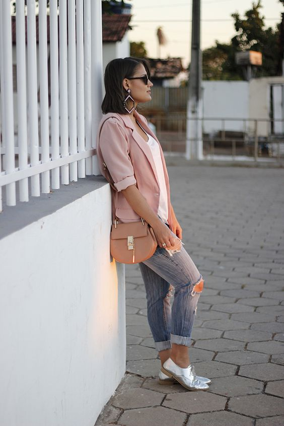 blazer salmão, calça jeans e mocassim