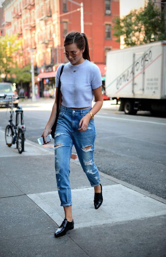 blusa azul claro, calça jeans rasgada e mocassim