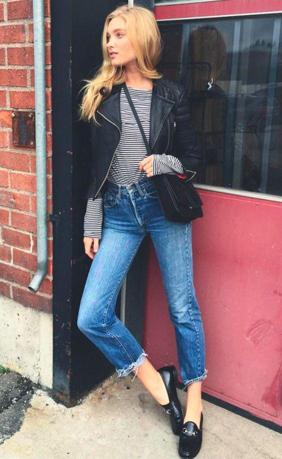 blusa listrada, jaqueta de couro, calça jeans e mocassim